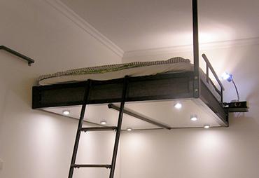 Svart loftis i bredden 140 cm Ett snyggt sovloft blir det också!