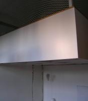 Loft med vita täcksidor.
