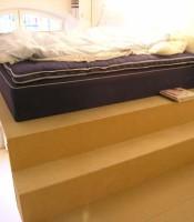 Test med säng, samt trappsteg till sängen