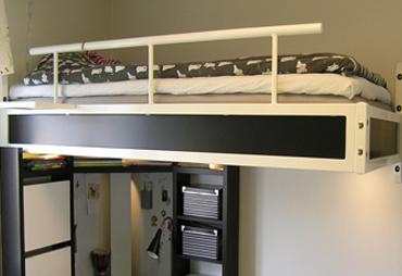 loftsäng, en liten lägenhet med smarta lösningar