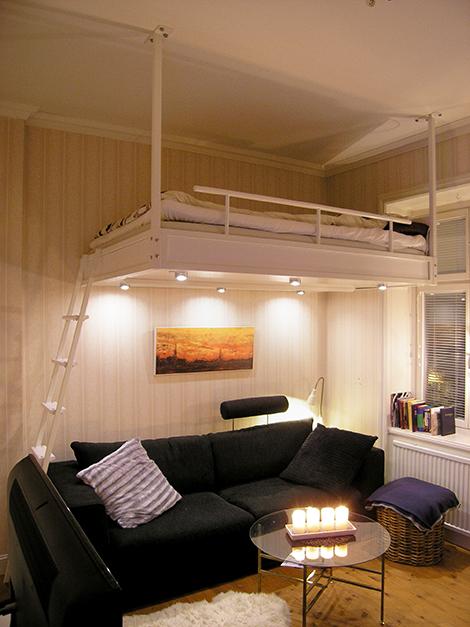 Vit loftsäng med lampor i Kungsholmen