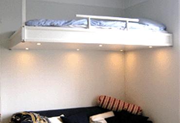 Vit loftsäng i en lägenhet i Uppsala