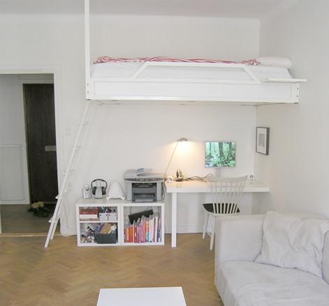 vit loftsäng och stege