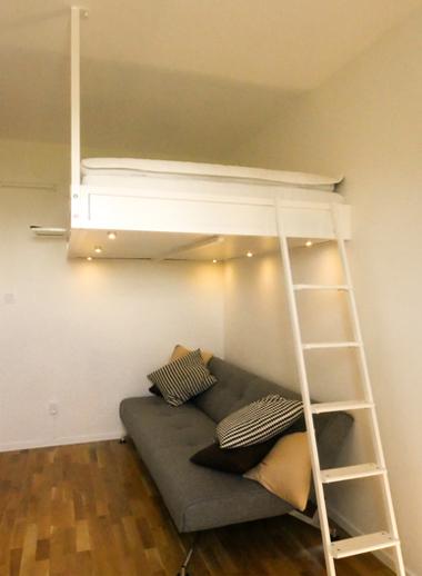 Compact-livings loftsäng monterad i ett vit sovrum med soffan under
