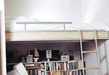 loftsäng i en sovallkov