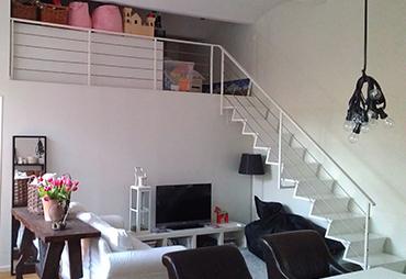 Ett rum med inbyggd sovloft